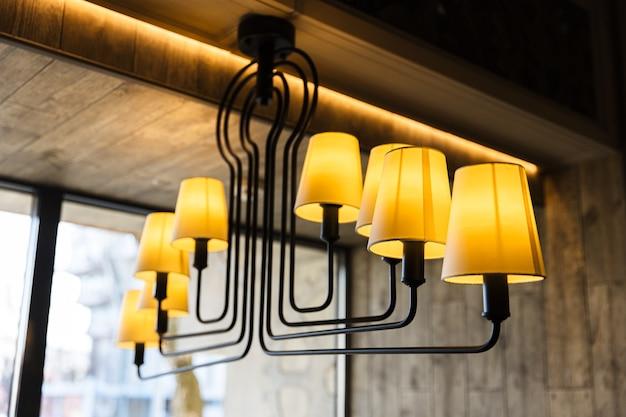 Люстра интересной формы с множеством лампочек с черными полосами