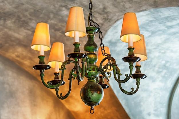 천장에 샹들리에. 레트로 천장 램프