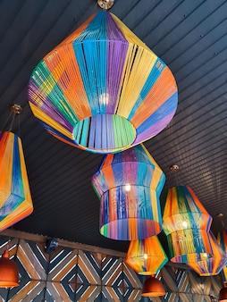 천장 아래 랜턴 형태의 다채로운 실로 만든 샹들리에