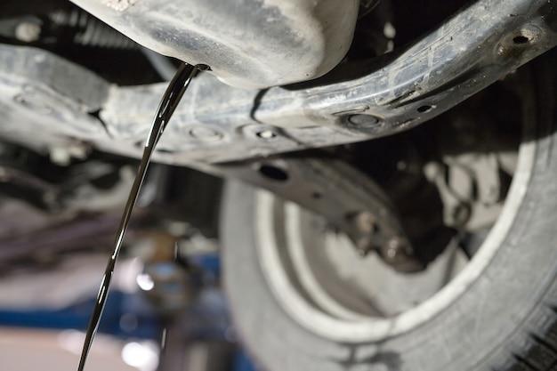 Поменять старое моторное масло на авто