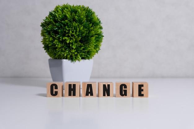 테이블에 빌딩 블록으로 만든 단어를 변경하십시오.