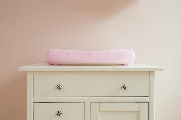 ベビールームのモダンなデザインのマットを変える、ピンク色がかわいい