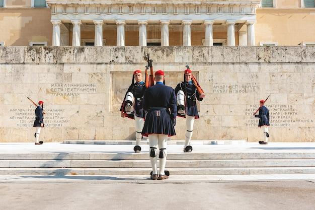 Смена президентского караула под названием evzones перед памятником неизвестному солдату