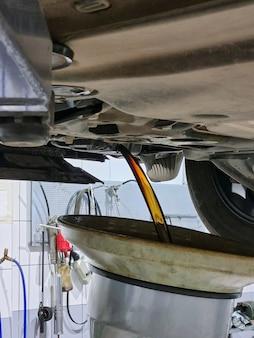 車のエンジンのオイルを交換する