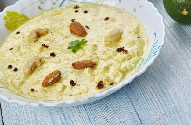 Чанна бхапе, вареный творог в кокосово-горчичном соусе, бенгальская кухня, азиатские традиционные блюда-ассорти, вид сверху.