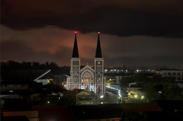 Chantaburi州の美しい青い時間を持つトップ・アイビューカトリック教会