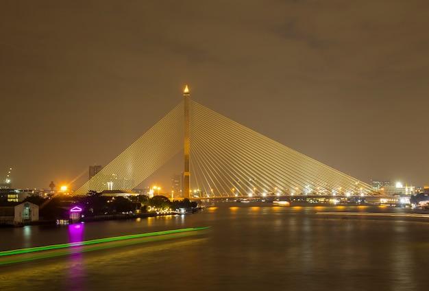 Мост через chao phraya свет, отражающий прекрасную воду