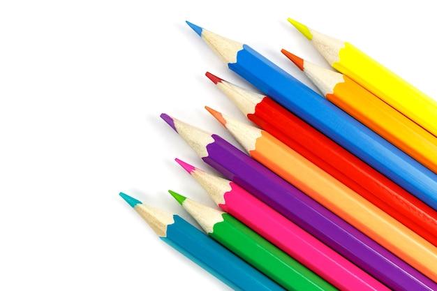 흰색 배경, 평면도에 혼란스럽게 배치 된 나무 색 연필