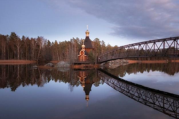 最初の聖アンドリュー礼拝堂-秋の日没時にレニングラード地方のヴオクサ川の島に呼ばれました