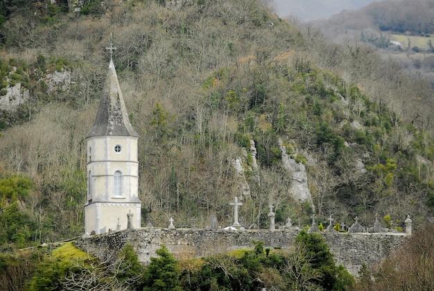 Torre della cappella situata in un antico cimitero nel sud della francia