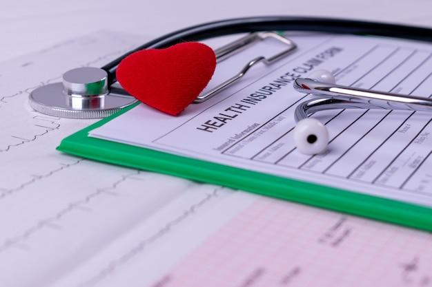 聴診器、赤いハート、心電図のchar