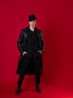 검은 옷을 입은 진지한 청년, 환상적인 느와르 소설의 등장인물