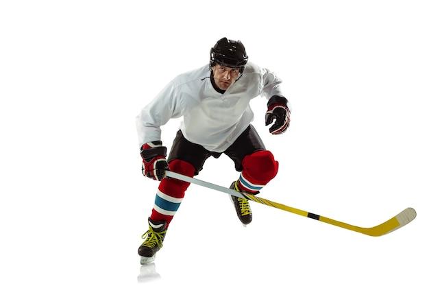 캐릭터. 얼음 코트와 흰 벽에 막대기로 젊은 남자 하키 선수. 장비와 헬멧 연습을 착용하는 스포츠맨. 스포츠, 건강한 라이프 스타일, 운동, 운동, 행동의 개념.