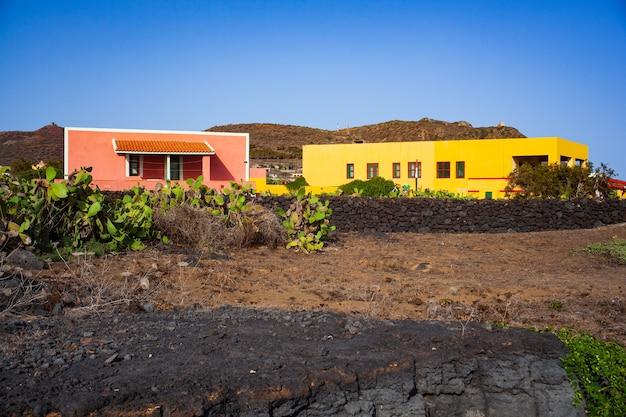 典型的なカラフルな家と庭の高価な梨のあるリノザ島の特徴的な景色