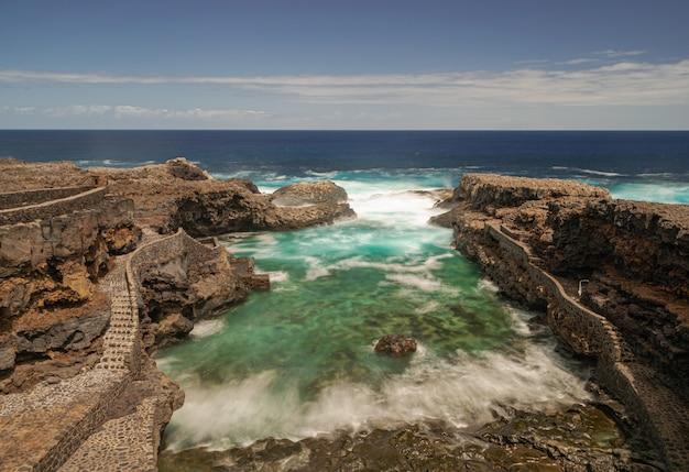 Вулканический пляж чарко мансо, остров эль йерро, канарские острова, испания