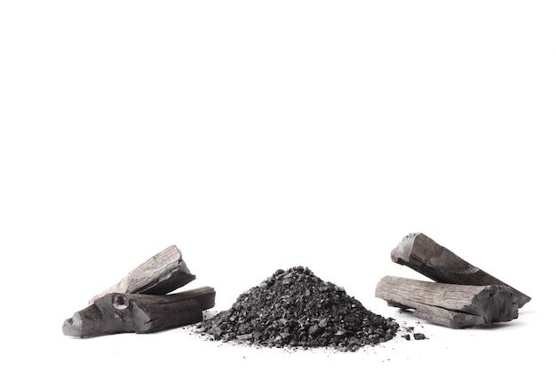 Древесный уголь и порошок (активированный уголь) на белом фоне. свободное место для текста