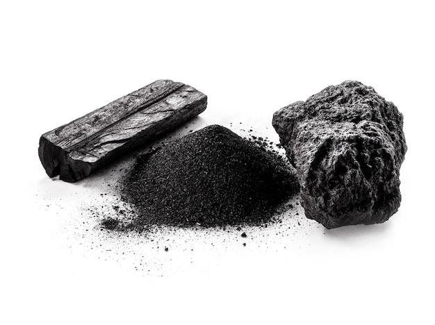 격리 된 흰색 표면에 숯, 석탄 먼지 및 미네랄 석탄.