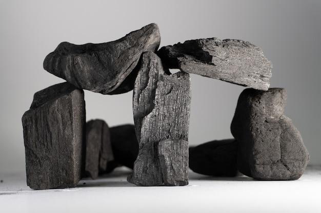 Кубики древесного угля помещены в симуляцию стоунхенджа.