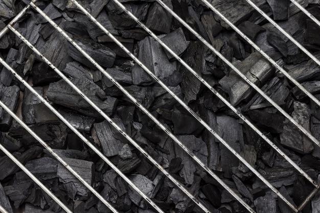 バーベキュー用の木炭。金属グリル。閉じる