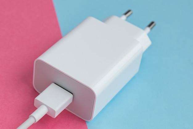 ピンクと青の背景に充電器とusbケーブルタイプc