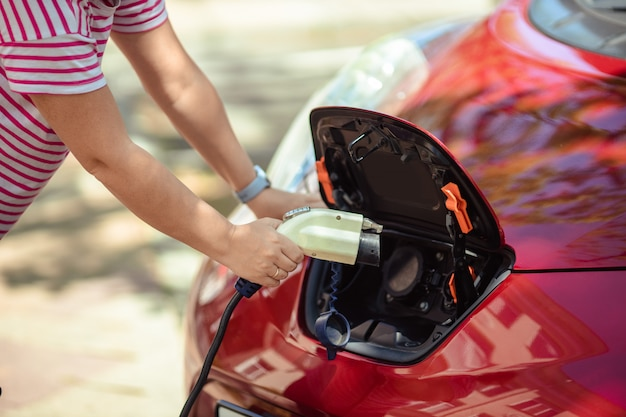 市内の電気自動車用充電器。