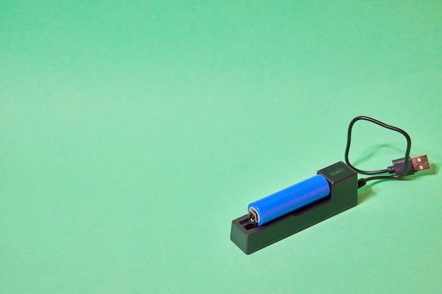 녹색 배경에 파란색 배터리용 충전기