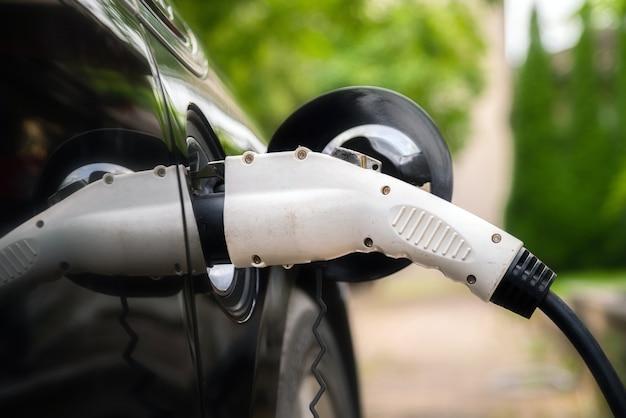 Зарядное устройство подключите электромобиль в зеленой среде