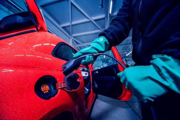 자동차 서비스에서 전기 자동차 충전. 자동차의 미래
