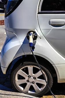 Зарядка автомобиля от электричества, макро