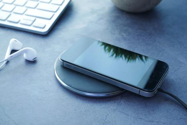 무선 충전 패드를 사용하여 스마트 폰 충전 평면도