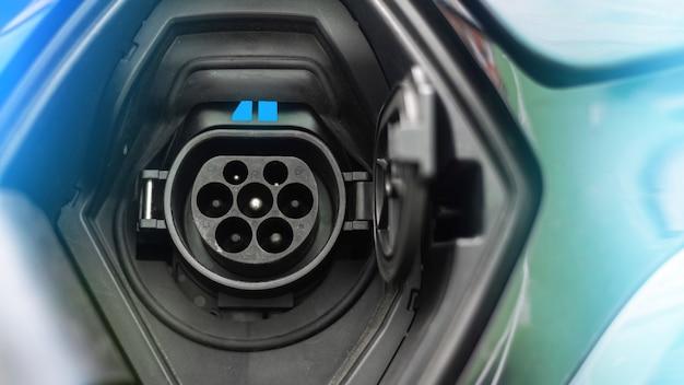 Зарядная розетка электромобиля с синим светом