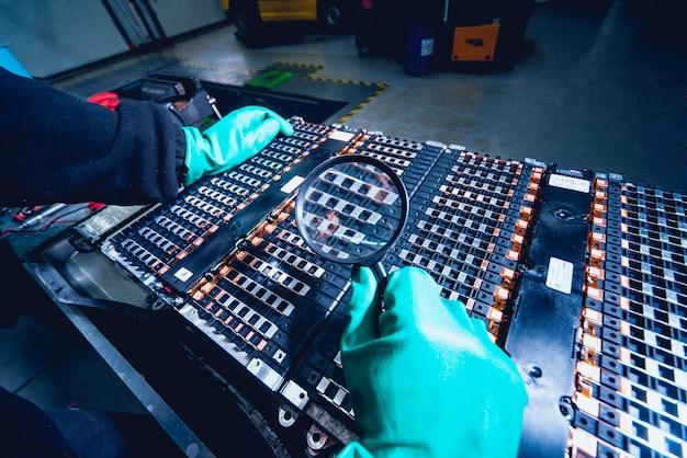 電気モーターのバッテリーの充電。バッテリーの分解