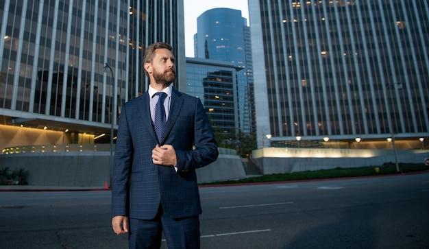 사무실 밖에서 비즈니스 정장을 입은 카리스마 넘치는 사업가, 복사 공간, 성공.