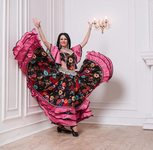 Харизматичная цыганка, исполняет народный танец. фото с копией космоса.