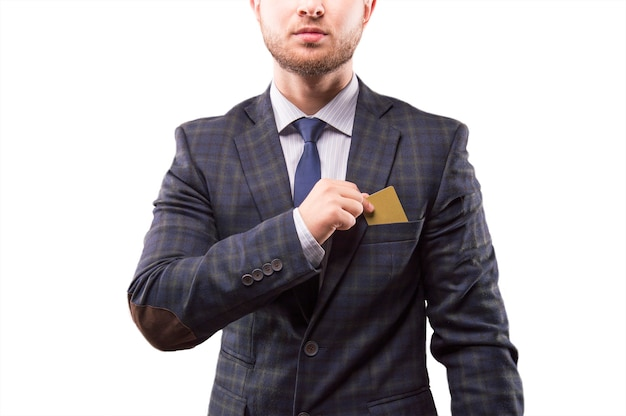Харизматичный мужчина в костюме кладет визитку в нагрудный карман