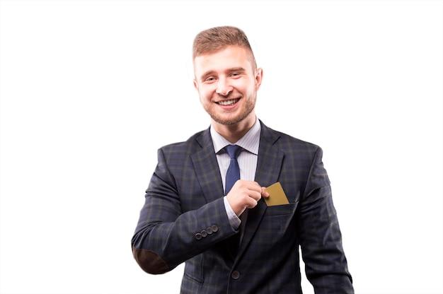 Харизматичный мужчина в костюме улыбается и кладет карту в нагрудный карман.