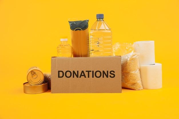 자선 및 기부 개념. 가난한 사람들을위한 주택 또는 음식 기부. 음식과 골 판지 상자.