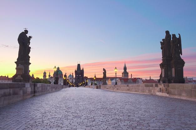 Карлов мост на розовом закате, прага, чехия