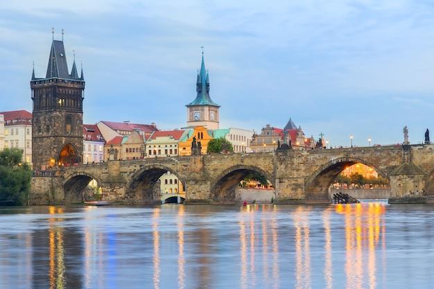 Карлов мост через реку влтава ночью, прага, чехия