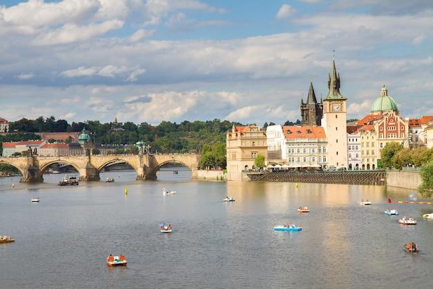 Карлов мост через реку влтава в летний день, прага, чехия