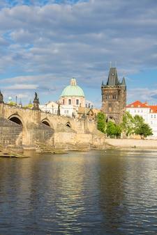 Карлов мост через реку влтава, прага, чехия