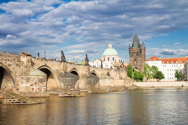 Карлов мост через воды реки влтава, прага, чехия