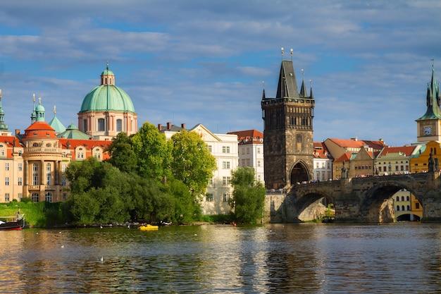 Башня карлова моста через реку влтава, прага, чехия