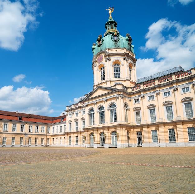 明るい晴れた日にベルリンのシャルロッテンブルク宮殿