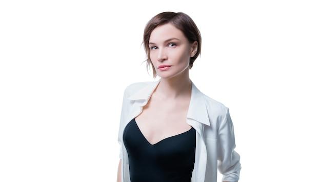 Очаровательная взрослая деловая женщина с идеальной чистой кожей позирует