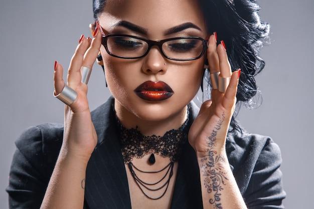 メガネと目を閉じて魅力的な大人のセクシーな女性
