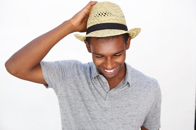 매력적인 흑인 남자 모자와 함께 웃 고
