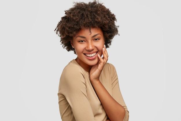 魅力的な美しい女の子はアフロの髪型をしています