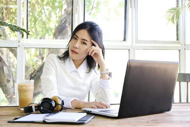 Очаровательная красивая кожа загара азиатская бизнес-леди