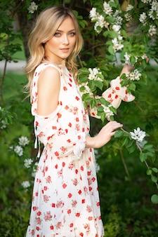 夏のドレスで魅力的な金髪の女性